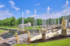 Fontaines d'or, cascade grande dans Perterhof, St Petersburg Russie Vue un jour ensoleillé d'été photos libres de droits