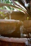 Fontaines d'eau remplies avec de l'eau photo stock