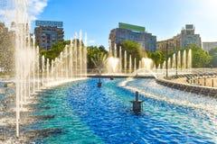 Fontaines d'eau stupéfiantes dans le centre ville de la ville de Bucarest dans l'unirii de la place ou du Piata des syndicats photographie stock libre de droits