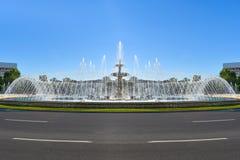 Fontaines d'eau stupéfiantes dans le centre ville de la ville de Bucarest dans l'unirii de la place ou du Piata des syndicats photos libres de droits