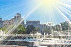 Fontaines d'eau stupéfiantes dans le centre ville de la ville de Bucarest dans l'unirii de la place ou du Piata des syndicats photos stock