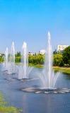 Fontaines dans le panorama de fontaines de Rusanivka de secteur de Kiev Kiev R-U Image libre de droits