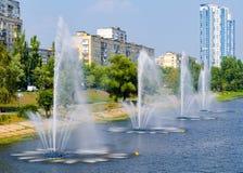 Fontaines dans le panorama de fontaines de Rusanivka de secteur de Kiev Kiev R-U Image stock
