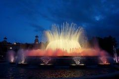 Fontaines de chant avec une belle exposition légère sur la montagne de Montjuïc à Barcelone photo libre de droits