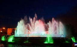 Fontaines de chant avec une belle exposition légère sur la montagne de Montjuïc à Barcelone photographie stock