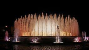 Fontaines de chant avec une belle exposition légère sur la montagne de Montjuïc à Barcelone image libre de droits