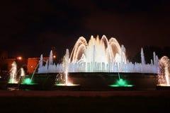 Fontaines de chant avec une belle exposition légère sur la montagne de Montjuïc à Barcelone images stock