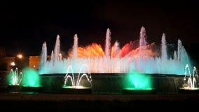 Fontaines de chant avec une belle exposition légère sur la montagne de Montjuïc à Barcelone photos libres de droits