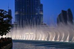 Fontaines de danse de vue de nuit du centre et dans un lac synthétique dedans photo stock