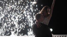 Fontaines de feu d'artifice à la fin du mariage Les gens ont l'amusement, la danse et étreindre ensemble banque de vidéos