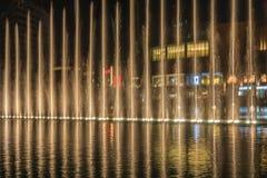 Fontaines de pulvérisation la nuit Photographie stock libre de droits