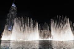 Fontaines de vue de nuit du centre et dans un lac synth?tique, Duba? EAU photographie stock