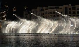 Fontaines de vue de nuit du centre et dans un lac synth?tique, Duba? EAU photographie stock libre de droits