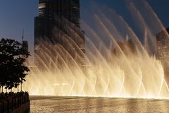 Fontaines de vue de nuit du centre et dans un lac synth?tique, Duba? EAU image stock