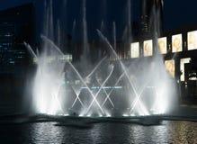 Fontaines de vue de nuit du centre et dans un lac synth?tique, Duba? EAU photos stock