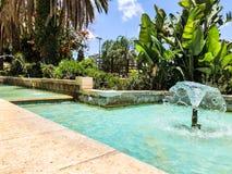 Fontaines en parc de ville Gouttes de l'eau augmentant des fontaines photos stock