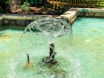 Fontaines en parc de ville Gouttes de l'eau augmentant des fontaines image stock