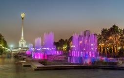 Fontaines et monument de l'indépendance à Dushanbe, la capitale du Tadjikistan image libre de droits