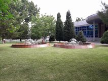 Fontaines et pelouse devant l'institut de conception image stock