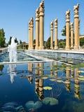 Fontaines et piscine se reflétante Images libres de droits