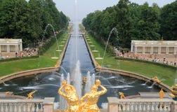 Fontaines et stationnement chez Peterhof photo stock