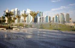 Fontaines et tours dans Doha Photographie stock