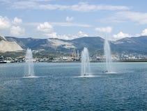 Fontaines fonctionnantes en mer Photographie stock libre de droits