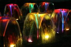Fontaines la nuit photographie stock libre de droits
