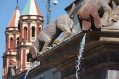 Fontaines Mexique de chien avec l'église Image stock