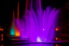 Fontaines multicolores rougeoyantes d'illumination dans la ville d'Extrême-Orient de Khabarovsk image stock