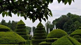 Fontaines parmi le topiaire photo stock