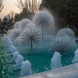 Fontaines pelucheuses en parc de bord de la mer de ville de Bakou photo libre de droits