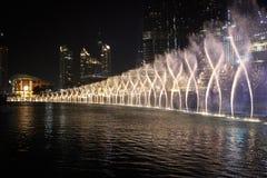 Fontaines près de vue de tour de Burj Khalifa par nuit, Dubaï, EAU Images stock