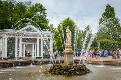 Fontaines secrètes dans le palais de Peterhof dans le St Petersbourg, Russie images stock