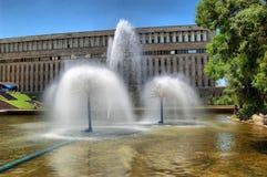 Fontaines urbaines sur l'avenue dans la ville d'Almaty Image libre de droits
