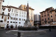 Fontana在方形的Rotonda的del Pantheon在罗马,意大利 免版税库存照片