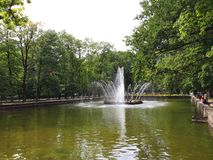 "Fontana ""The Sun ""nel parco più basso di Peterhof fotografia stock"