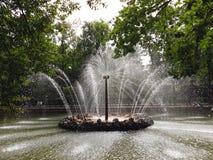 """Fontana """"The Sun """"nel parco più basso di Peterhof fotografie stock libere da diritti"""
