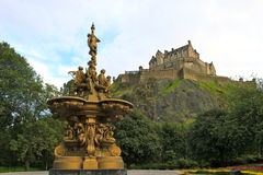 Fontana al castello di Edinburgh Fotografie Stock Libere da Diritti