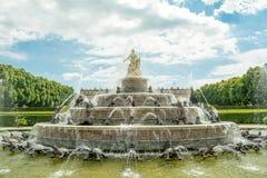 Fontana al palazzo Herrenchiemsee di re Ludwigs all'isola Herreninsel, Chiemsee, Baviera, Germania del ` s degli uomini Immagine Stock Libera da Diritti