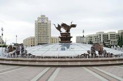 Fontana al quadrato di indipendenza a Minsk Fotografia Stock