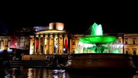 Fontana alla notte, Londra, Inghilterra di Trafalgar Square e del National Gallery stock footage