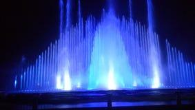 Fontana alle luci blu Fotografie Stock Libere da Diritti
