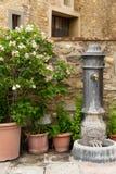 Fontana antiquata nella città toscana del pendio di collina del ` Elsa di Barberino Val D Immagini Stock Libere da Diritti