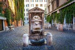 Fontana bevente in una via romana vicino al Vaticano Fotografia Stock