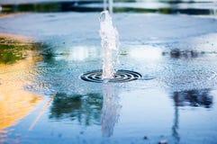 Fontana che scorre dalla terra Fotografia Stock Libera da Diritti