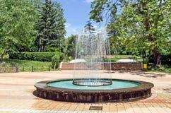 Fontana circolare del giardino fotografie stock