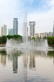 Fontana in città moderna Fotografia Stock