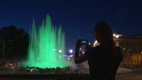 Fontana colorata alla notte video d archivio