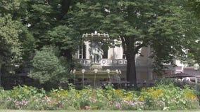 Fontana con i cupidi fra i fiori nel giardino parigi france archivi video